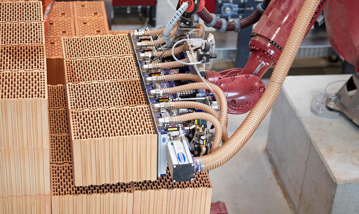Vollautomatische Ziegelfertigteil Produktion im redbloc Werk