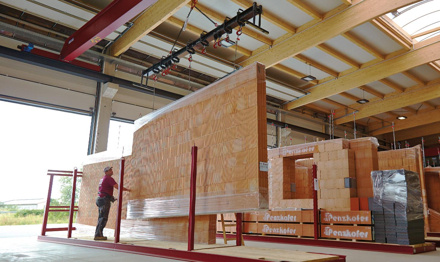 redbloc Ziegelfertigteil - 3 Mann produzieren bis zu 450 m2 Mauerwerk in einer Schicht und versetzen ca. 300 m2 Mauerwerk an einem Tag auf der Baustelle